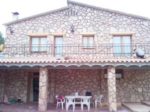 formació de porxos, terrassa exterior i reforma de façana amb aplacat de pedra natural